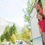 Caravan mieten und Familie auf dem Campingplatz
