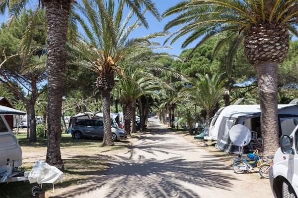 Campingplatz im Süden und Urlaub mit einem Wohnwagen
