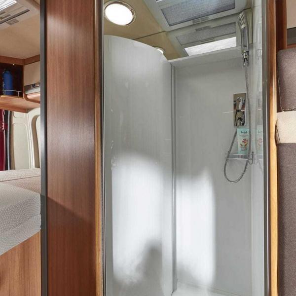 Das Bad des Pössl Summit 600 Plus mit integrierter Dusche
