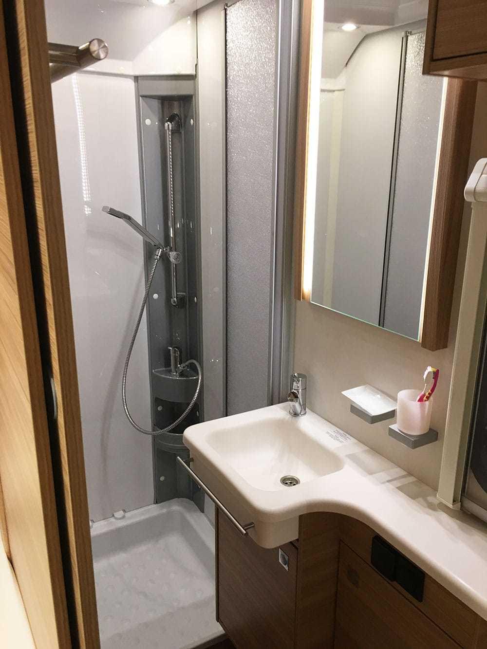 caravan dethleffs camper 730 fkr bad 3 wohnwagen mieten. Black Bedroom Furniture Sets. Home Design Ideas